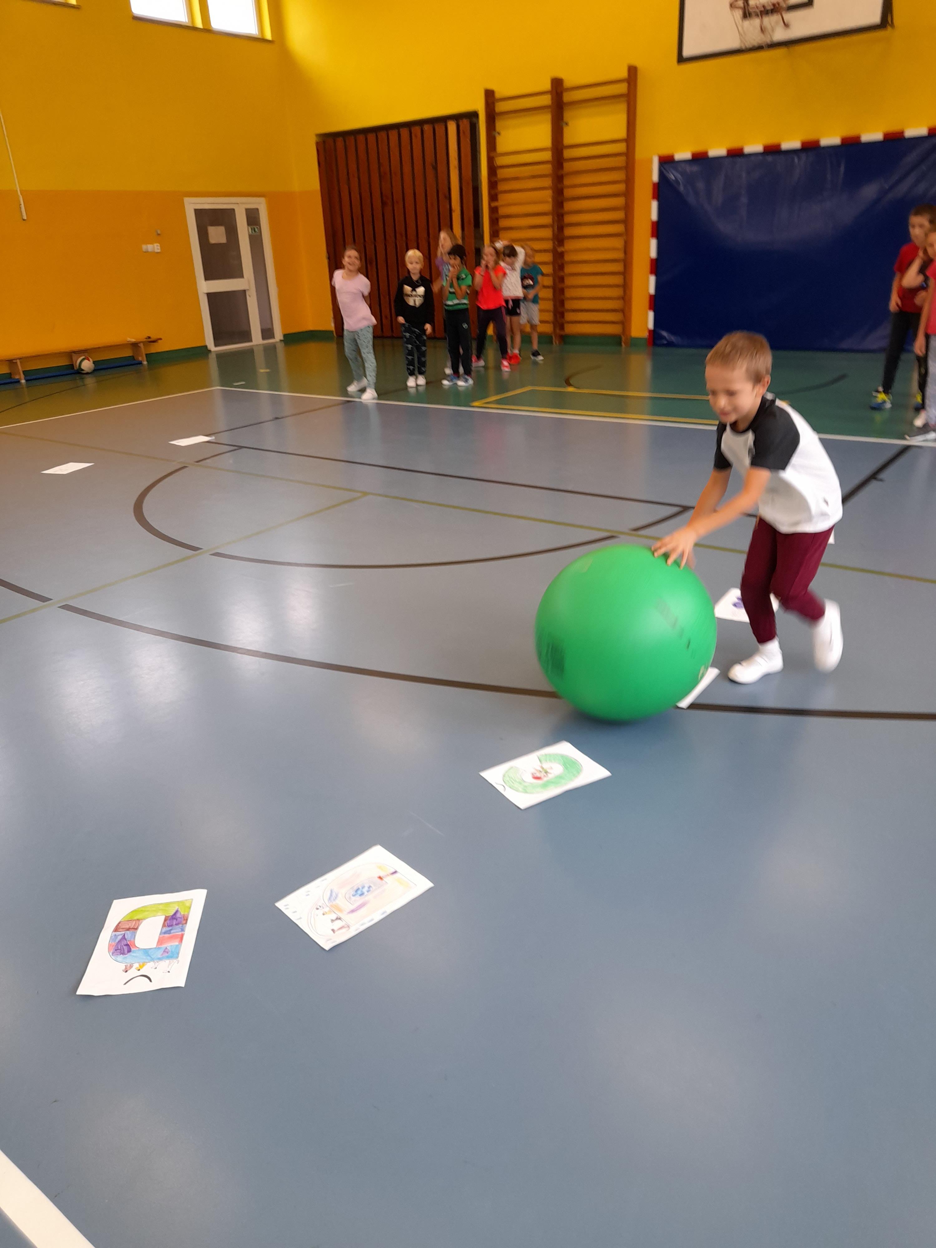 Učíme se abecedu v tělocvičně.