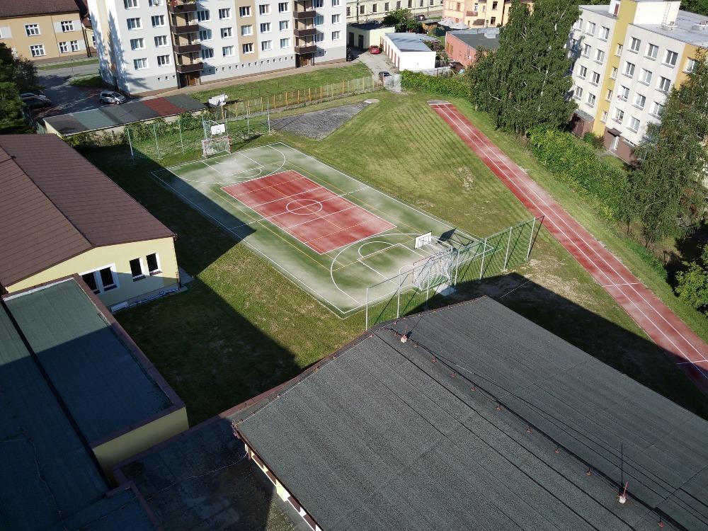 Nové hřiště v areálu školy